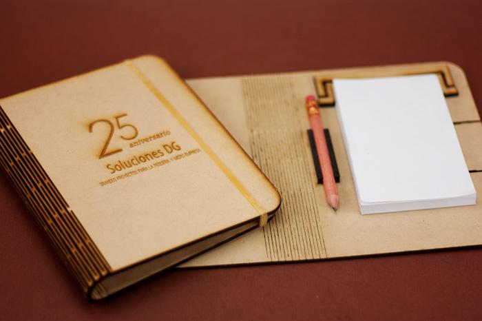libreta de notas en madera flexible